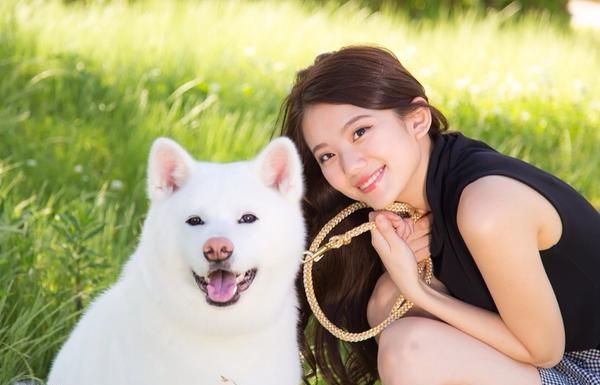 白いモフモフの犬と一緒に笑顔で写る伊東紗治子