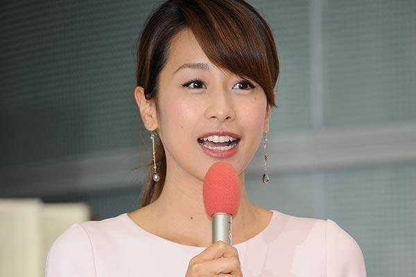マイクを持つ加藤綾子